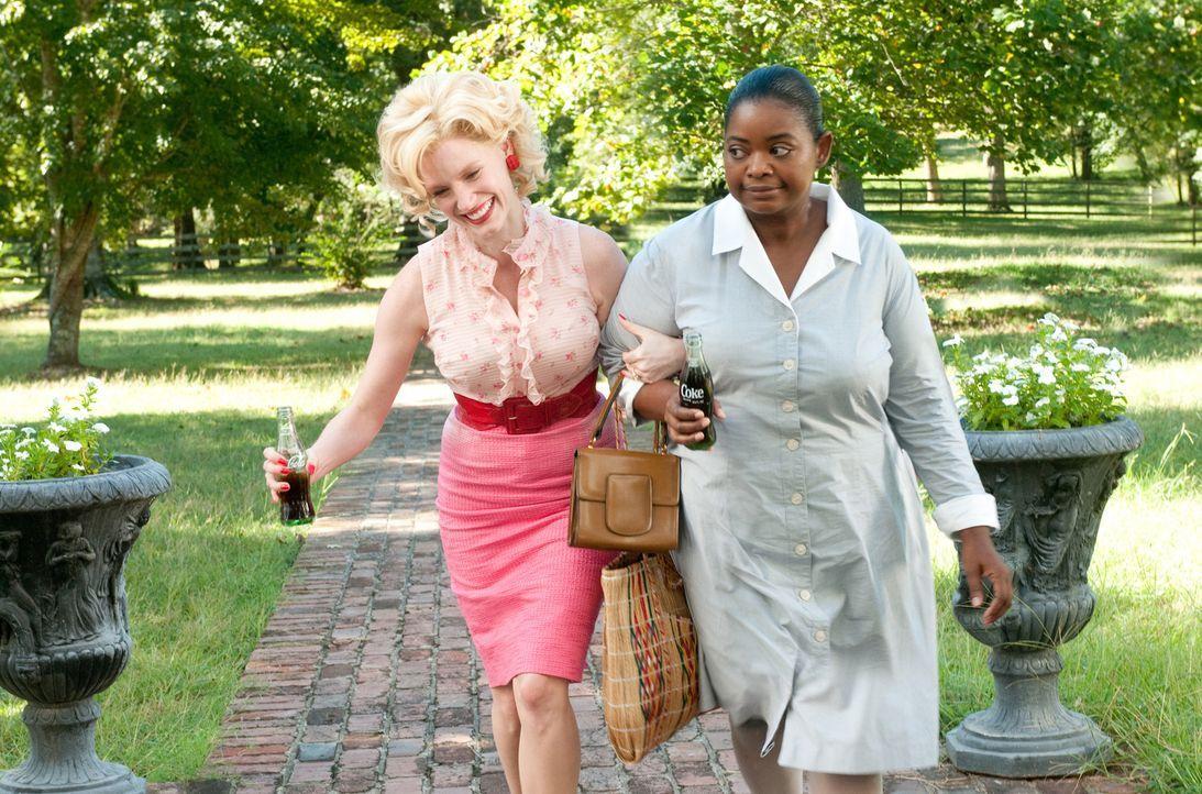 Nach ihrer Entlassung bei Hilly findet Minny (Octavia Spencer, r.) einen Job bei der herzensguten Celia (Jessica Chastain, l.), die sich nichts mehr... - Bildquelle: Dale Robinette Dreamworks Studios and Participant Media.  All rights reserved.