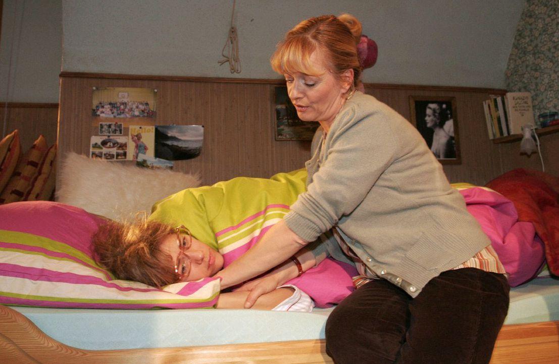 Lisa (Alexandra Neldel, l.) liegt mit psychosomatischem Fieber im Bett. Helga (Ulrike Mai, r.) hält das Gerede ihrer Tochter über Davids Liebesgestä... - Bildquelle: Noreen Flynn SAT.1 / Noreen Flynn