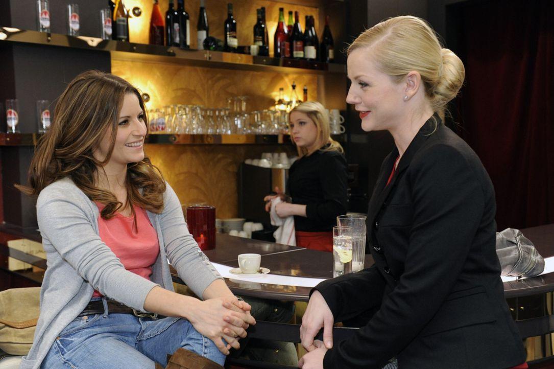 Beas (Vanessa Jung, l.) Entsetzen ist groß, als sie die Wahrheit über die neue Direktorin (Kim-Sarah Brandts, r.) erfährt ... - Bildquelle: SAT.1