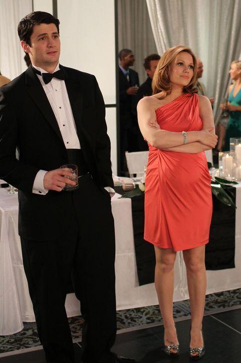 Als Nathan (James Lafferty, l.) seinem Sohn erzählt, dass er als Trauzeuge eine Rede halten muss, kommt auch Haley (Bethany Joy Lenz, r.), als Trauz... - Bildquelle: Warner Bros. Pictures