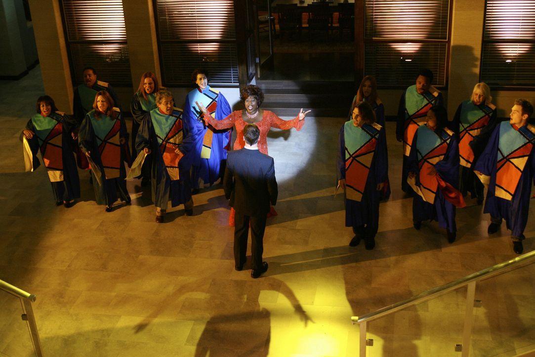 Ein Gospel-Chor auf Hawaii: Elis (Jonny Lee Miller, vorne M.) Vision ist wie immer bizarr und diesmal sieht er sogar Patti (Loretta Devine, hinten M... - Bildquelle: Disney - ABC International Television