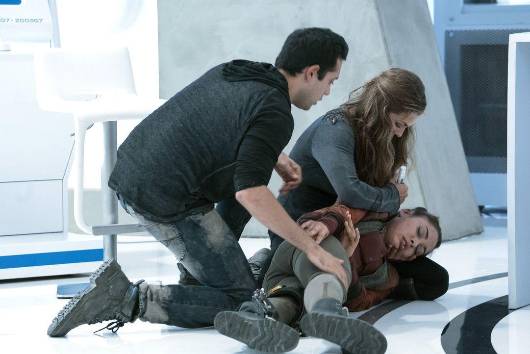 Während Raven (Lindsey Morgan, r.) einen angeblichen Anfall erleidet, forschen Jackson (Sachin Sahel, l.) und Abigail (Paige Turco, M.) verzweifelt... - Bildquelle: 2016 Warner Brothers