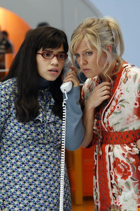 Betty (America Ferrera, l.) und Christina (Ashley Jensen, r.) versuchen, so gut es geht, alles zu organisieren ... - Bildquelle: Buena Vista International Television
