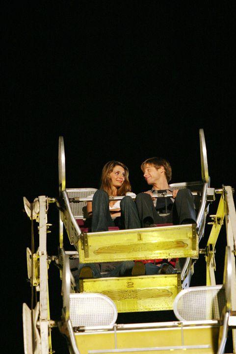Zwischen Ryan (Benjamin McKenzie, r.) und Marissa (Mischa Barton, l.) kommt es im Riesenrad zur längst fälligen Aussprache ... - Bildquelle: Warner Bros. Television