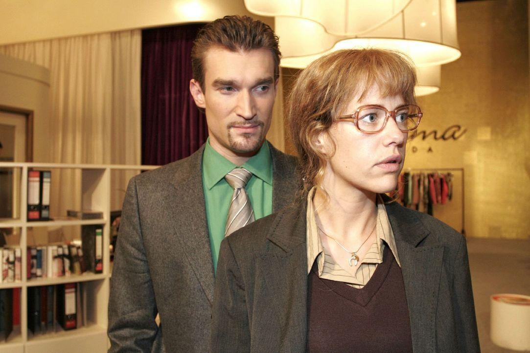 Nach Davids verhaltener Reaktion überlegt Lisa (Alexandra Neldel, r.), ob sie Richards (Karim Köster, l.) Angebot, sie zur Toga-Party zu begleiten... - Bildquelle: Noreen Flynn Sat.1