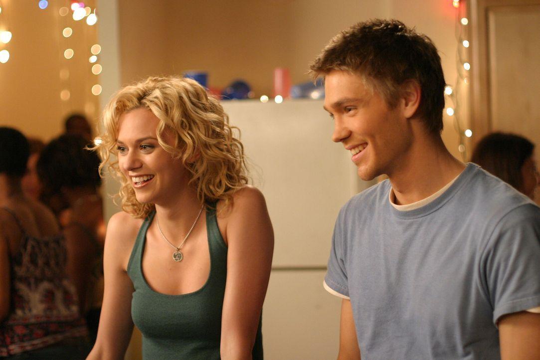 Gehen gemeinsam auf Nathans und Haleys Party: Lucas (Chad Michael Murray, r.) und Peyton (Hilarie Burton, l.) ... - Bildquelle: Warner Bros. Pictures