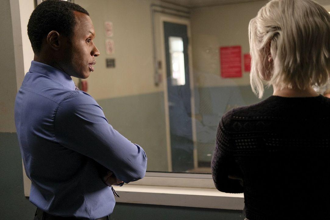 Während Clive (Malcolm Goodwin, l.) und Liv (Rose McIver, r.) an einem neuen Fall arbeiten, schwebt Major plötzlich in Lebensgefahr ... - Bildquelle: 2017 Warner Brothers