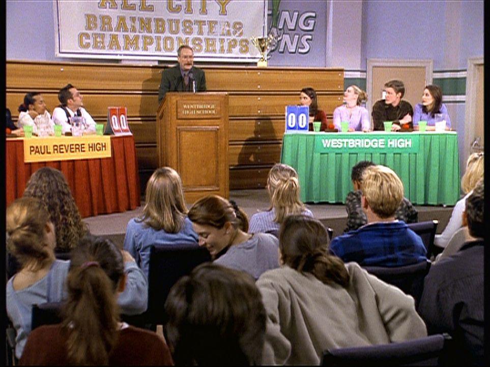 Sabrina (Melissa Joan Hart, hinten 3.v.r.) ist wahnsinnig müde und beantwortet zu Mr. Krafts (Martin Mull, hinten 3.v.l.) Entsetzen sämtliche Frag... - Bildquelle: Paramount Pictures