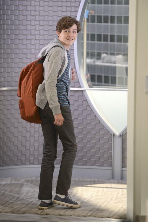 Cats Sohn Carter (Levi Miller), ein großer Fan von Supergirl, erschwert Kara, die auf ihn aufpassen muss, allerdings etwas die Arbeit als heldenhaft... - Bildquelle: 2015 Warner Bros. Entertainment, Inc.