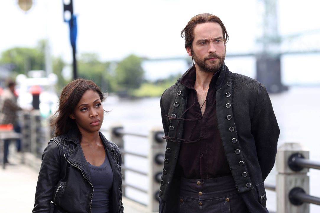 Während Ichabod (Tom Mison, r.) seiner Frau immer noch blind vertraut, kommen Abbie (Nicole Beharie, l.) immer mehr Zweifel ... - Bildquelle: 2014 Fox and its related entities. All rights reserved.