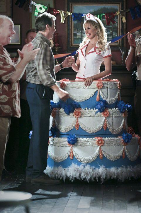Für Brick (Tim Matheson, 2.v.l.) ist es klar, dass die Beziehung zu Shelby (Laura Bundy, r.) etwas ganz Besonderes ist, von der der ganze Ort erfahr... - Bildquelle: Warner Bros.