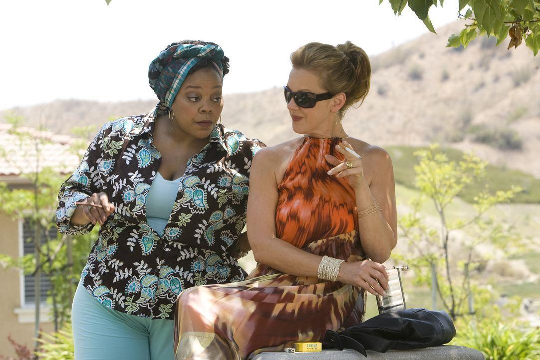 Celia (Elizabeth Perkins, r.), als neues Mitglied von Nancys Truppe, freundet sich schon bald mit Heylia (Tonye Patano, l.) an. - Bildquelle: Lions Gate Television