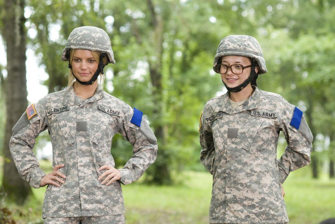 Megan Valentine (Jessica Simpson, l.) und ihr Kadett Petrovich (Olesya Rulin, r.) betrachten stolz ihr gemeinsames Werk. - Bildquelle: 2007 MAJOR PRODUCTIONS, INC.