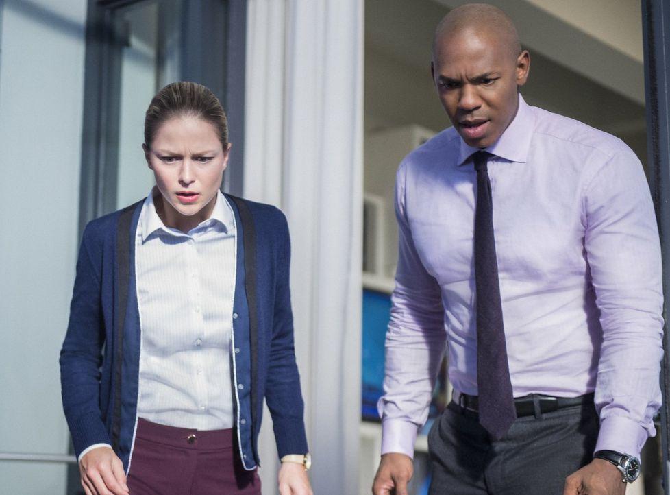 Kara (Melissa Benoist, l.) und James (Mehcad Brooks, r.) geben alles, um Lena zu helfen. Unterdessen führt Alex einige medizinische Tests an Sam dur... - Bildquelle: 2017 Warner Bros.