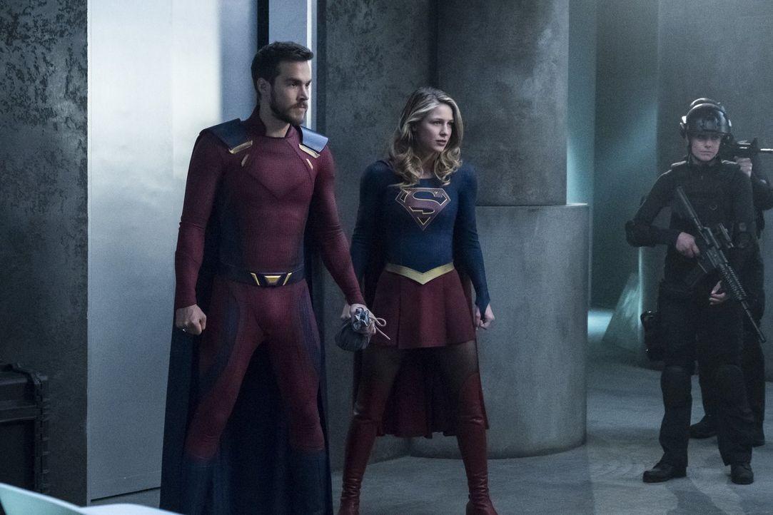 Werden Mon-El (Chris Wood, l.) und Kara alias Supergirl (Melissa Benoist, r.) die Erde wirklich verlassen? - Bildquelle: 2017 Warner Bros.