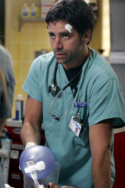 Gates (John Stamos) will einen Fehler wieder gut machen und spritzt einem Patienten gegen Pratts ausdrücklichen Befehl ein Mittel ... - Bildquelle: Warner Bros. Television
