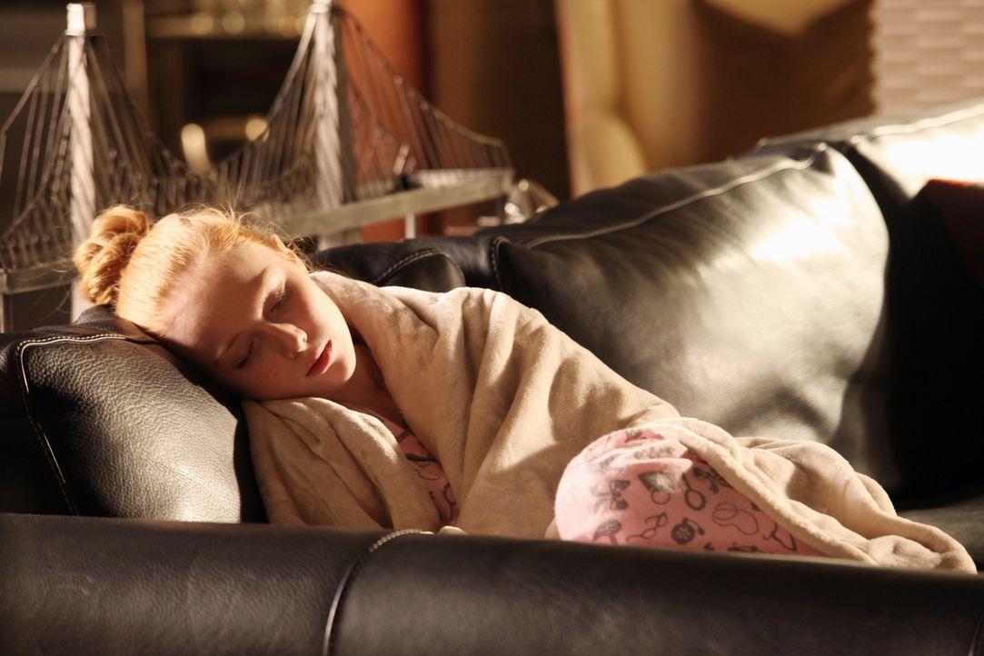 Alexis (Molly C. Quinn) hatte sich so die Reise mit ihrer Mutter nach Paris gefreut, doch dann wird sie krank und zieht vorübergehend zu ihrem Vater... - Bildquelle: 2012 American Broadcasting Companies, Inc. All rights reserved.