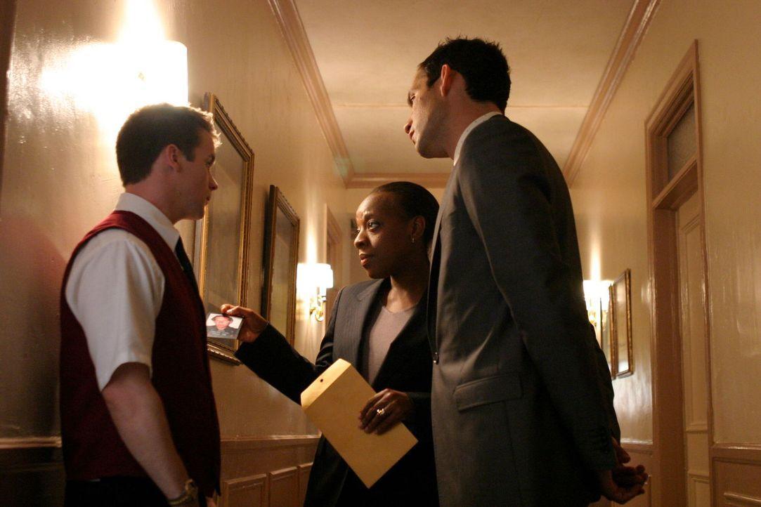 Die erfolgreiche Geschäftsfrau Whitney Ridder ist bei einer Dinnerparty plötzlich verschwunden. Vivian (Marianne Jean-Baptiste, M.) und Danny (Enriq... - Bildquelle: Warner Bros. Entertainment Inc.