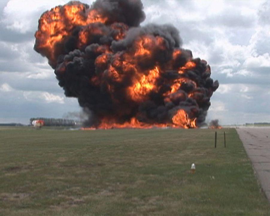 Feuerinferno bei einer Flugshow auf dem Lethbride Airport in Kanada: Kann Pilot  Brian Bews diesen fürchtlichen Absturz seiner Hornet-Maschine überl... - Bildquelle: 2011, The Travel Channel, L.L.C.