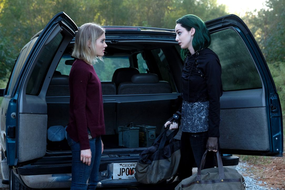 Esme (Skyler Samuels, l.); Lorna alias Polaris (Emma Dumont, r.) - Bildquelle: Eliza Morse 2017 Fox and its related entities.  All rights reserved.  MARVEL TM &   2017 MARVEL/Eliza Morse