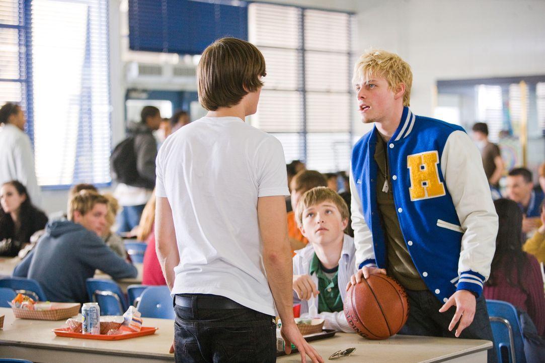 Als Mike (Zac Efron, l.) sieht, dass sein Sohn Alex (Sterling Knight, M.) von Maggies Freund Stan (Hunter Parrish, r.) schikaniert wird, haut er zur... - Bildquelle: 2008   Warner Bros.