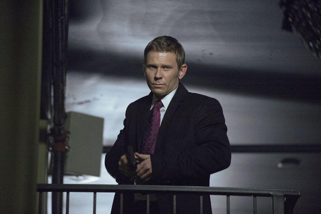 Selbst Dr. Price (Mark Pellegrino) muss sich an manchmal unliebsamen Befehlen beugen ... - Bildquelle: Warner Bros. Entertainment, Inc