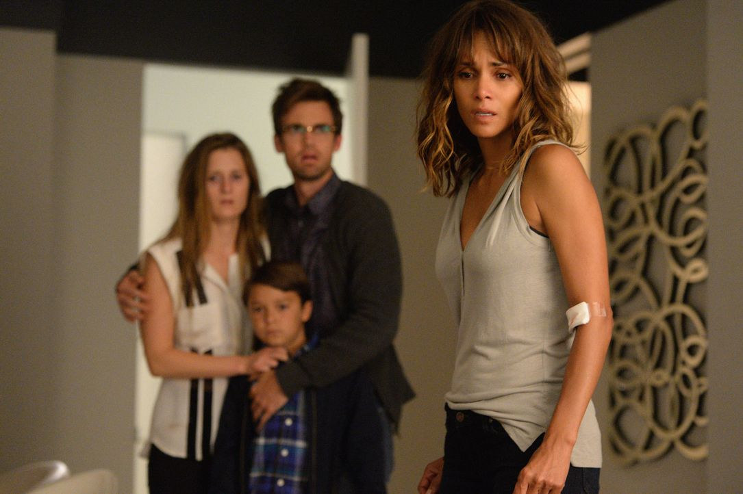 Während Molly (Halle Berry, r.) die eigentliche Bedeutung ihrer Vision bewusst wird, versuchen Ethan (Pierce Gagnon, 2.v.l.), Charlie (Tyler Hilton,... - Bildquelle: Robert Voets 2015 CBS Broadcasting Inc. All Rights Reserved.