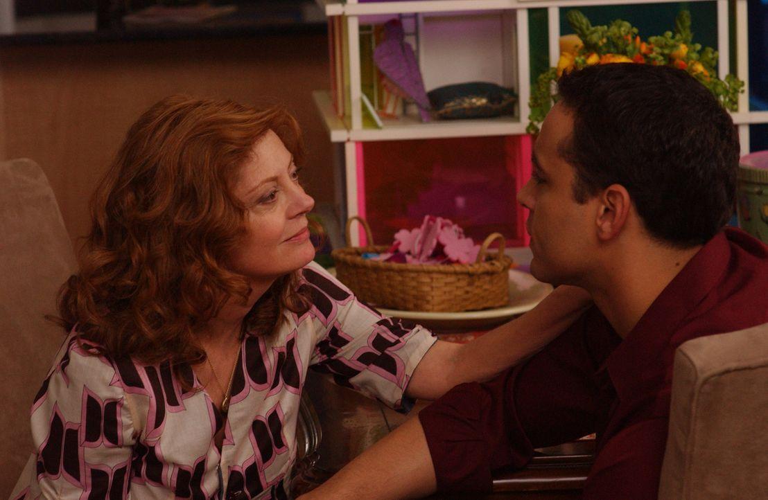 Alicia (Susan Sarandon, l.) kommt mit Keela aus Europa zurück. Als sie zufällig Franco (Daniel Sunjata, r.) trifft, macht sie ihm ein verlockendes... - Bildquelle: 2007 Sony Pictures Television Inc. All Rights Reserved