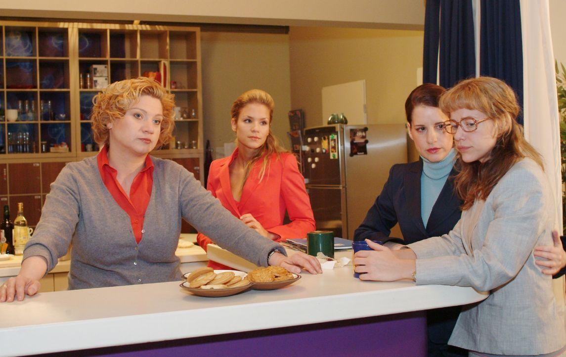 Lisa (Alexandra Neldel, r.) erfährt von Agnes (Susanne Szell, l.) und Inka (Stefanie Höner, 2.v.r.), dass ihre Vorgängerinnen gehen mussten, weil si... - Bildquelle: Monika Schürle SAT.1 / Monika Schürle