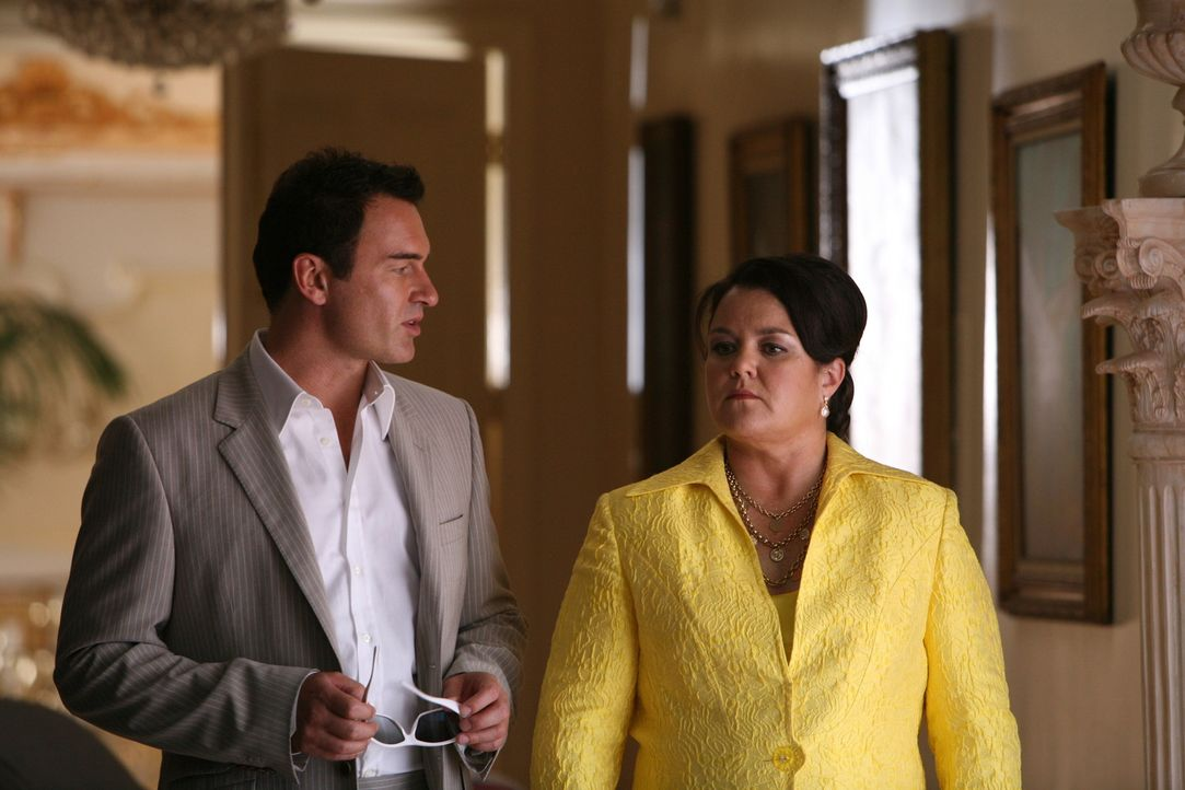 Christian (Julian McMahon, l.) arbeitet nicht nur als Schönheitschirurg für Lottogewinnerin Dawn Budge (Rosie O'Donnell, r.) ... - Bildquelle: TM and   2004 Warner Bros. Entertainment Inc. All Rights Reserved.