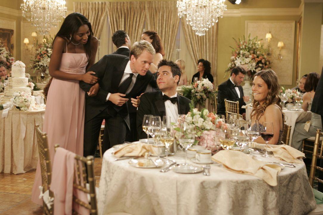 Auf der Hochzeit seiner Freunde lernt Ted (Josh Radnor, 2.v.r.) die attraktive Victoria (Ashley Williams, r.) kennen und ist sofort von ihr begeiste... - Bildquelle: 20th Century Fox International Television