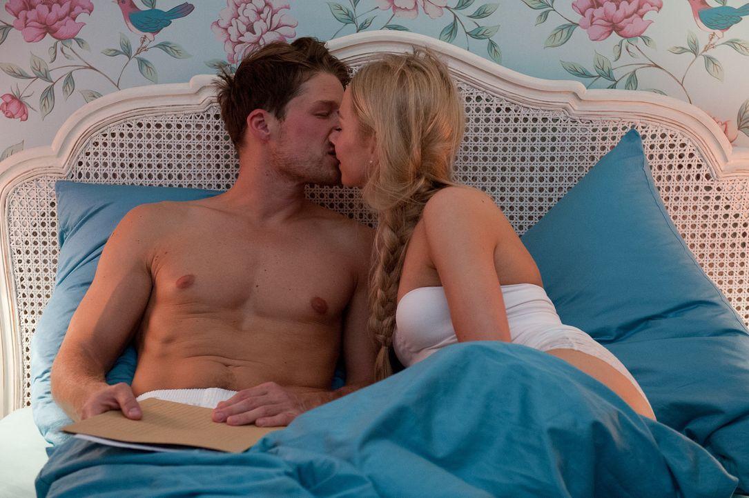 Luisa (Jenny Bach, r.) versucht ihre Sex-Lügen zur Wahrheit werden zu lassen. Doch wird ihr Julian (Oliver Bender, l.) diesen Höhepunkt bescheren kö... - Bildquelle: Oliver Ziebe SAT.1