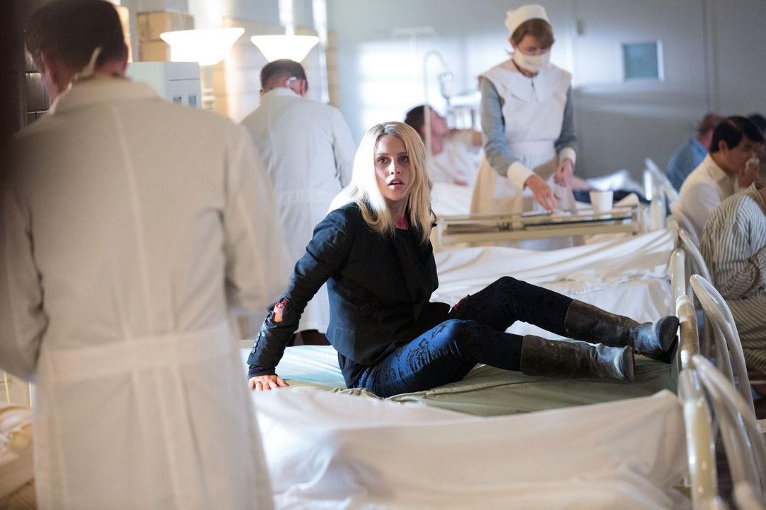 Als Rebekah (Claire Holt) in einem alten Sanatorium aufwacht, in dem sie 1919 mit einer Hexe zusammenarbeitete, stürzen Erinnerungen auf sie ein ... - Bildquelle: Warner Bros. Television