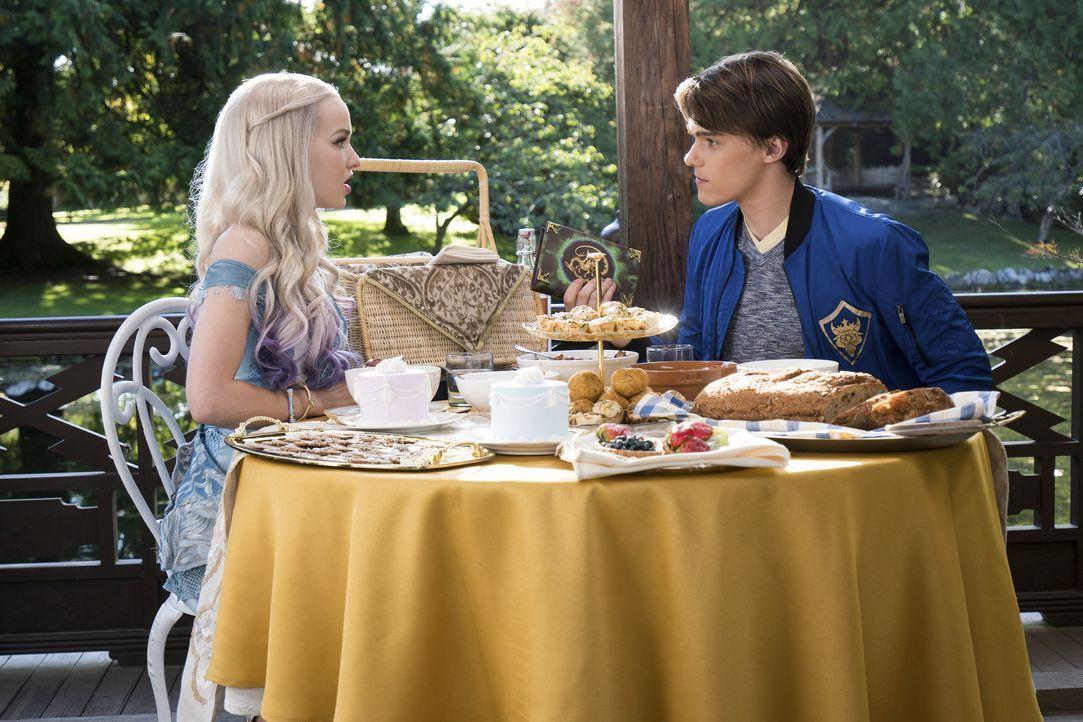 Noch ahnt Ben (Mitchell Hope, r.) nicht, dass sich Mal (Dove Cameron, l.) nicht wirklich wohlfühlt im friedlichen Reich Auradon. Der royale Druck, d... - Bildquelle: Disney