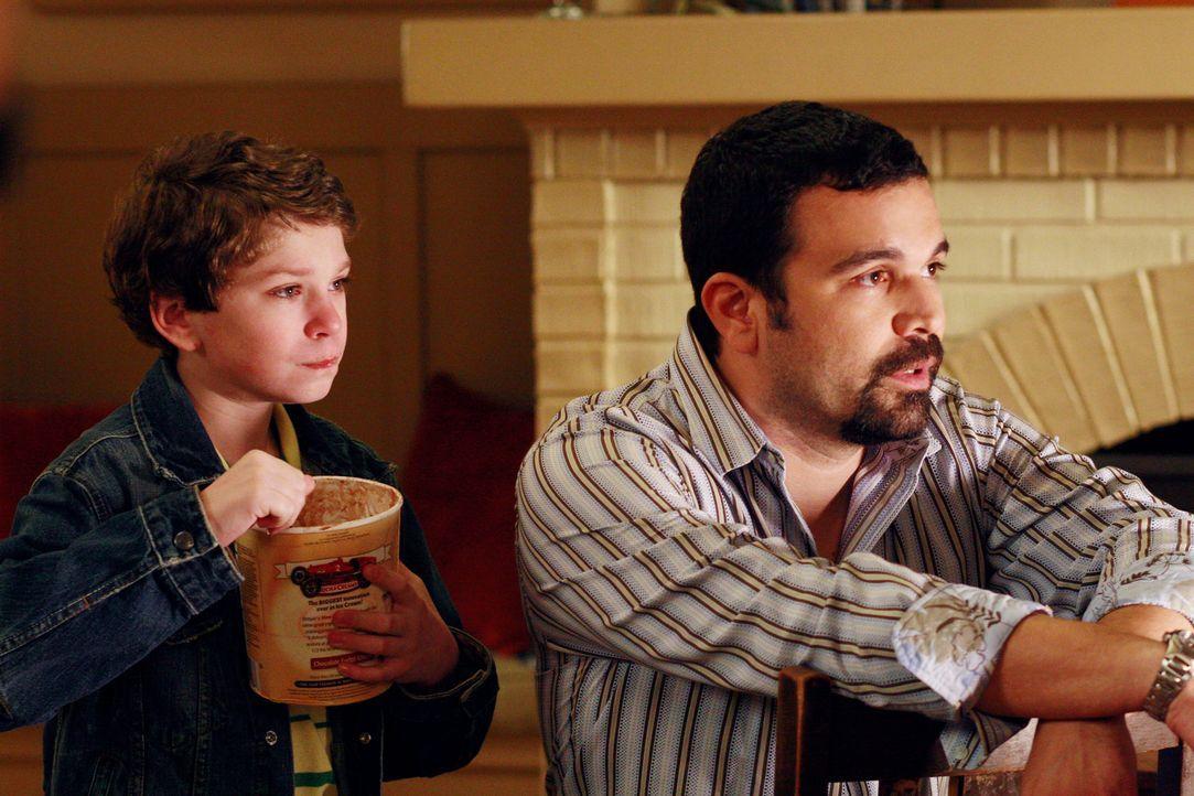 Während eines Dates bemerkt Carlos (Ricardo Antonio Chavira, r.), dass Travis (Jake Cherry, l.) ganz alleine in der Dunkelheit auf der Straße spielt... - Bildquelle: 2005 Touchstone Television  All Rights Reserved