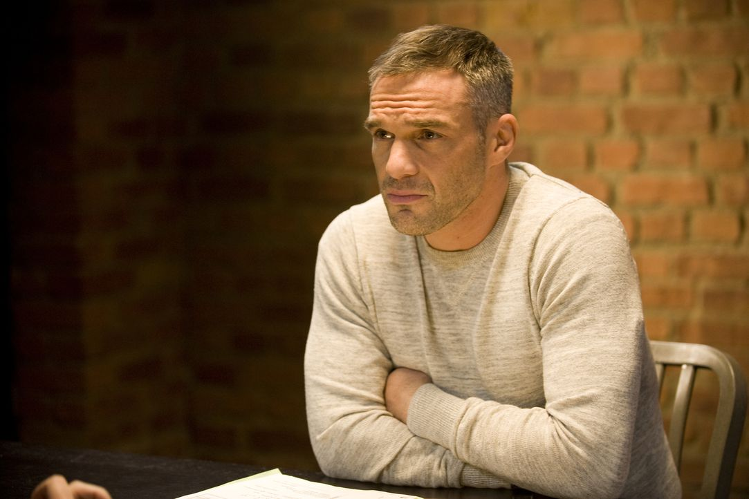 Rocher (Philippe Bas) ist sich sicher, dass der angebliche Mörder mit Schauspielerei versucht, dem Gefängnis zu entgehen ... - Bildquelle: Jaïr Sfez 2012 BEAUBOURG AUDIOVISUEL