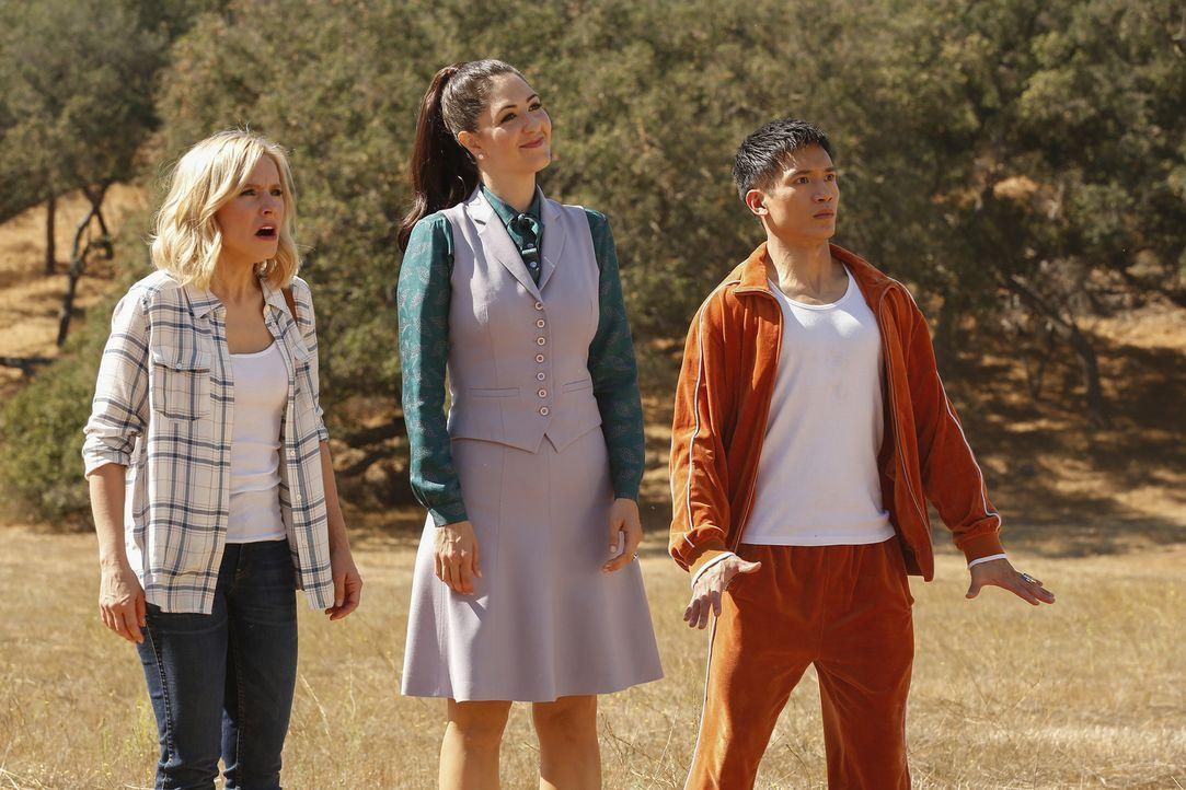 """Nicht nur Eleanor (Kristen Bell, l.) flieht aus dem """"Good Place"""", auch Janet (D'Arcy Carden, M.) und Jianyu (Manny Jacinto, r.) wollen ein neues Leb... - Bildquelle: Vivian Zink 2016 Universal Television LLC. ALL RIGHTS RESERVED."""
