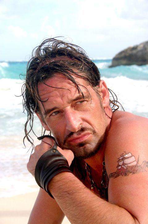 Plötzlich taucht Flynn (Max Tidof) auf der Insel auf. - Bildquelle: Sat.1