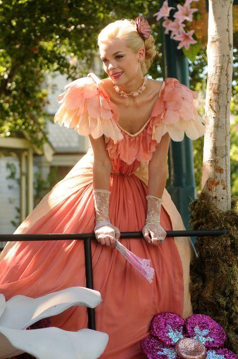 Die Südstaatenschönheit Lemon Breeland (Jaime King) genießt es, im Mittelpunkt zu stehen und will sich das um keinen Preis von irgendwem nehmen lass... - Bildquelle: Warner Bros.