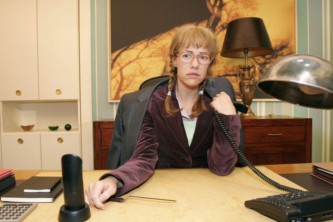 Lisa (Alexandra Neldel) ist nach einem Telefonat mit David enttäuscht - schwärmt der ihr doch nur Mariellas Talent als Model vor. (Dieses Foto von A... - Bildquelle: Noreen Flynn SAT.1 / Noreen Flynn