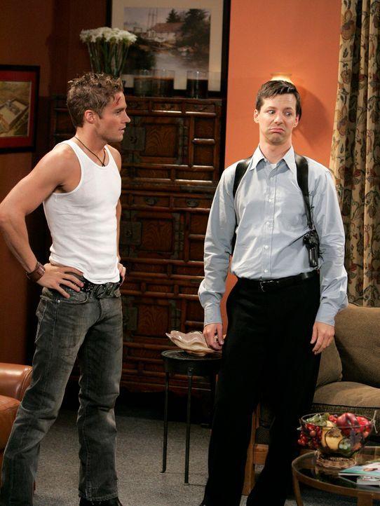 Erst bei den Proben einer neuen Szene mit Mike (Dan Wells, l.) merkt Jack (Sean Hayes, r.), wie sehr er Karen mit ihrem Problem im Stich gelassen ha... - Bildquelle: Chris Haston NBC Productions
