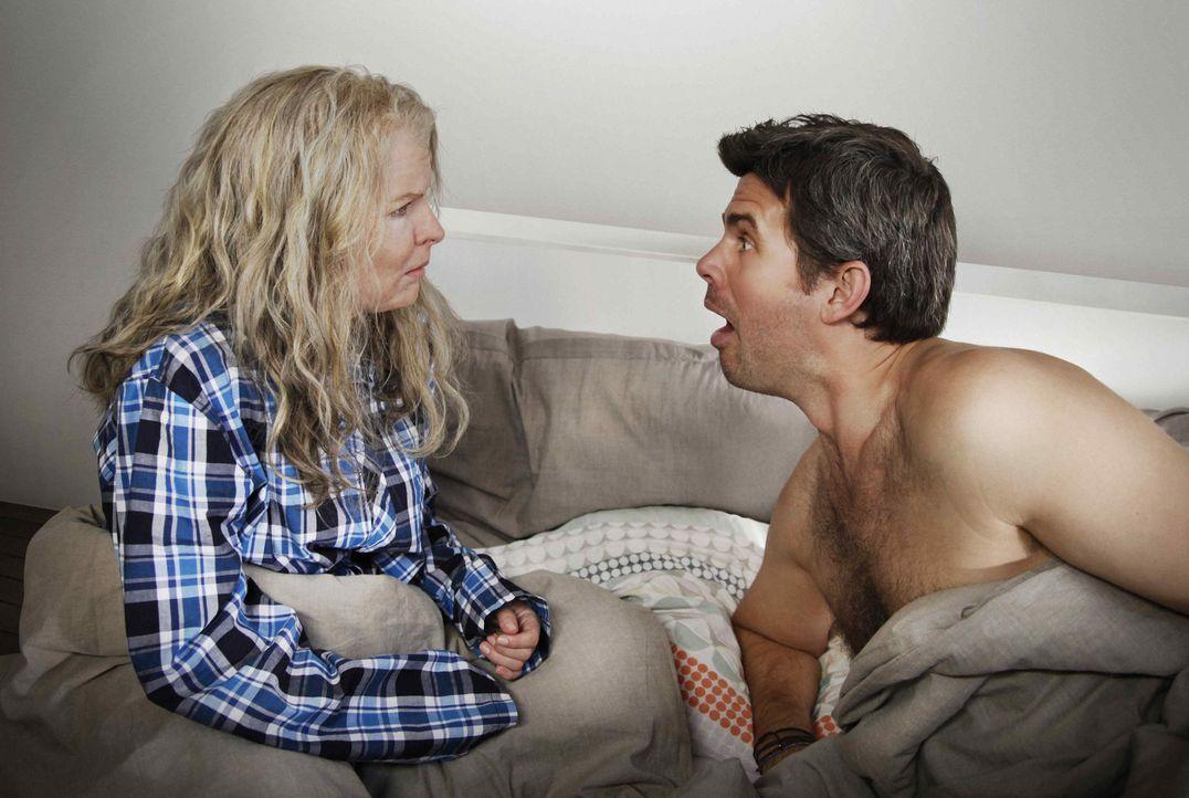 Plötzlich 70! Mark (Steffen Groth, r.) kann es nicht glauben, aber seine Freundin Melanie (Yvonne Catterfeld, l.) ist über Nacht gewaltig gealtert .... - Bildquelle: Dominik Hatt SAT.1