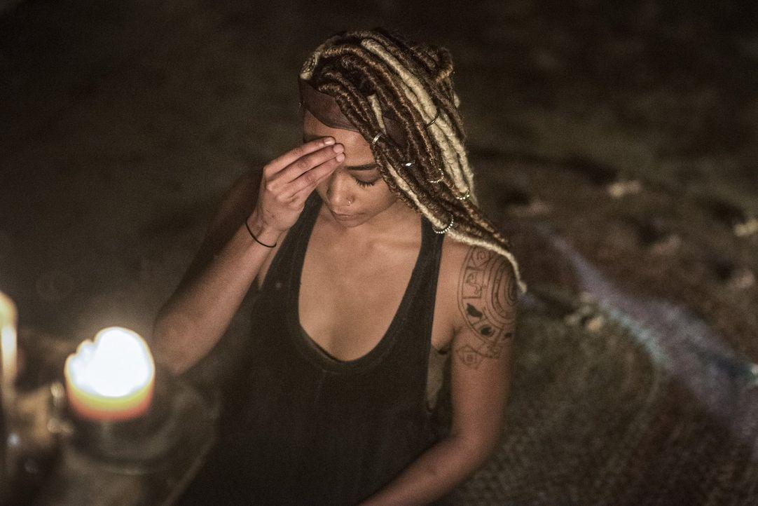 Weiß die Flamekeeperin Gaia (Tati Gabrielle) mehr über die mysteriöse Sekte, in die Jaha immer noch seine ganze Hoffnung aufs Überleben setzt? - Bildquelle: 2016 Warner Brothers