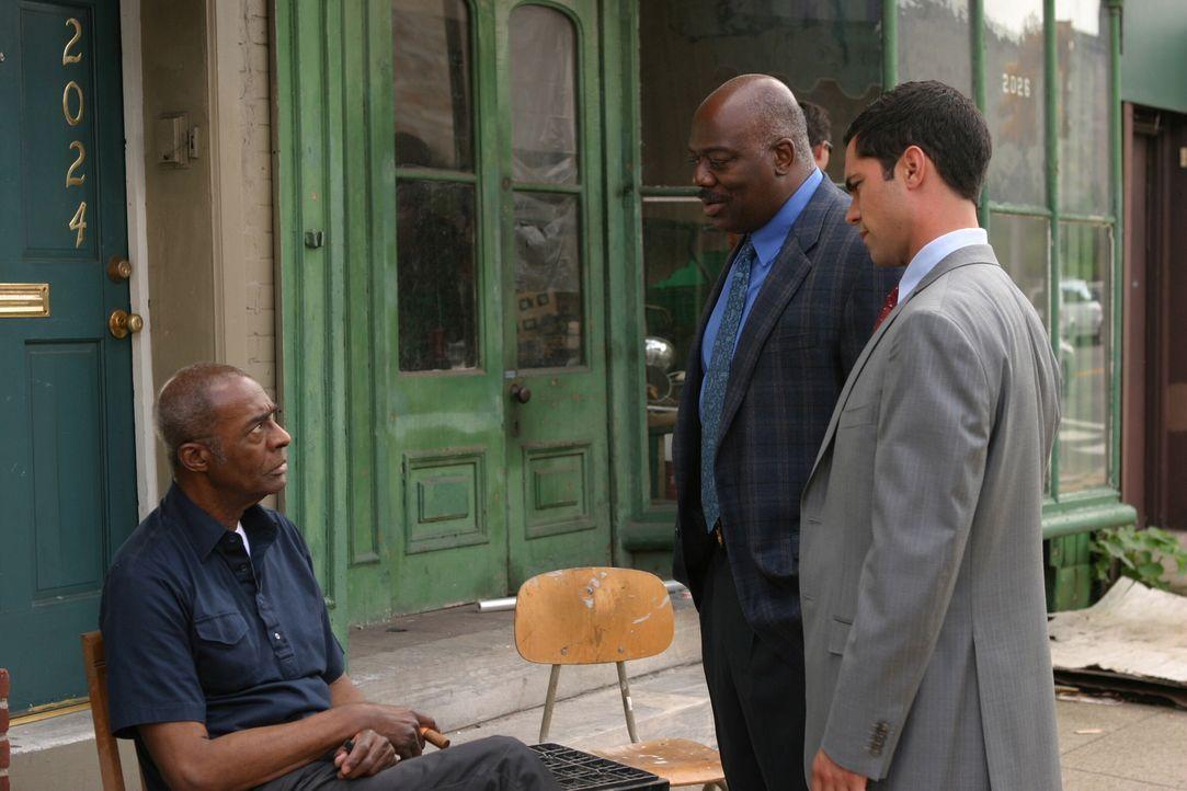 Det. Scott Valens (Danny Pino, r.) und Det. Will Jeffries (Thom Barry, M.) stellen Moody Brown (Darsteller unbekannt) ein paar Fragen ... - Bildquelle: Warner Bros. Television