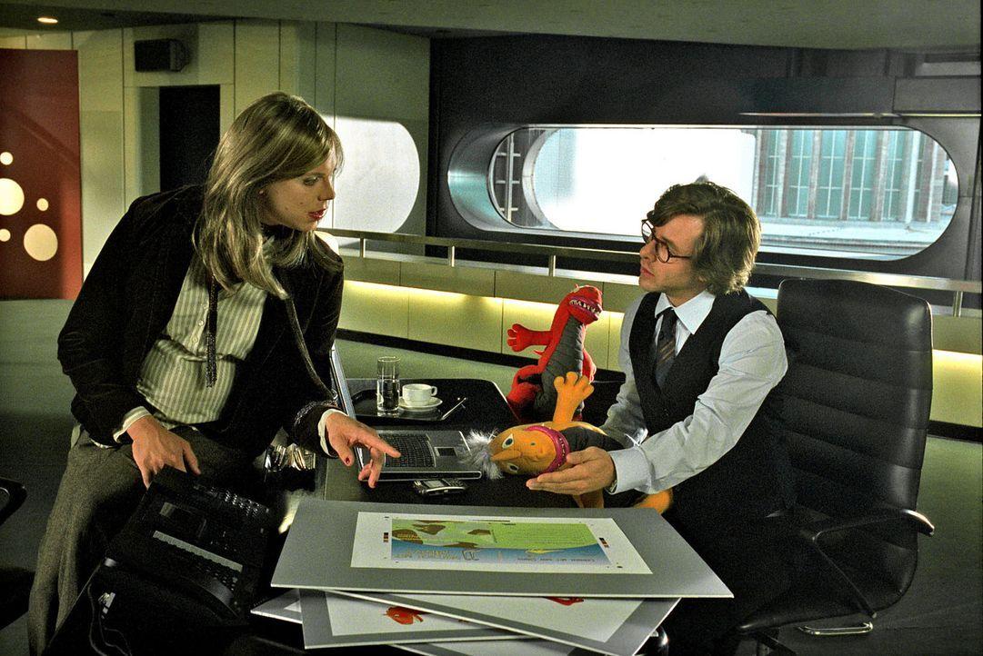 Alexander (Daniel Stock, l.) springt für Nina als Frau Hedler ein. Dominik (Markus Meyer, r.) ist von der falschen Frau Hedler so begeistert, dass... - Bildquelle: Sat.1