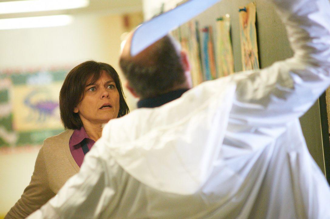 Ohne Vorwarnung attackiert William Stankewicz (r.) die hilflose Norina Bentzel (l.) mit einer Machete ... - Bildquelle: Steven Lungley Cineflix 2014