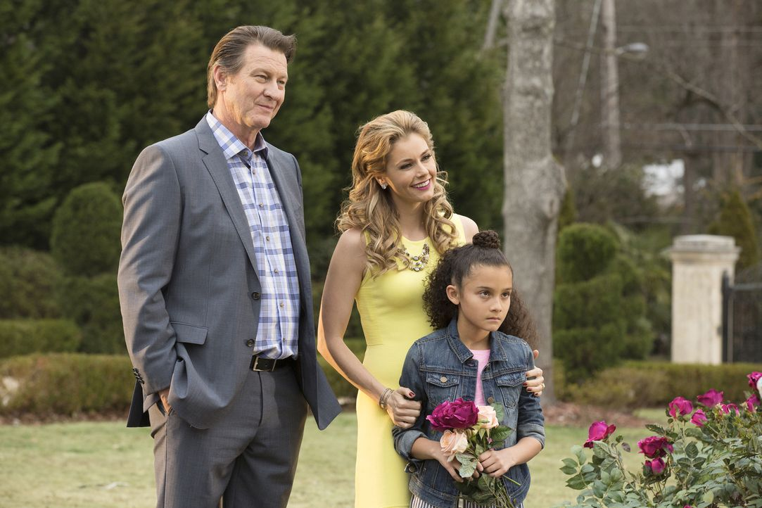 Michael (Brett Cullen, l.) und Taylor (Brianna Brown, M.) tauchen zusammen mit ihrer Tochter Katy (Grecia Merino, r.) wieder in Beverly Hills auf un... - Bildquelle: Bob Mahoney 2015 American Broadcasting Companies, Inc. All rights reserved.