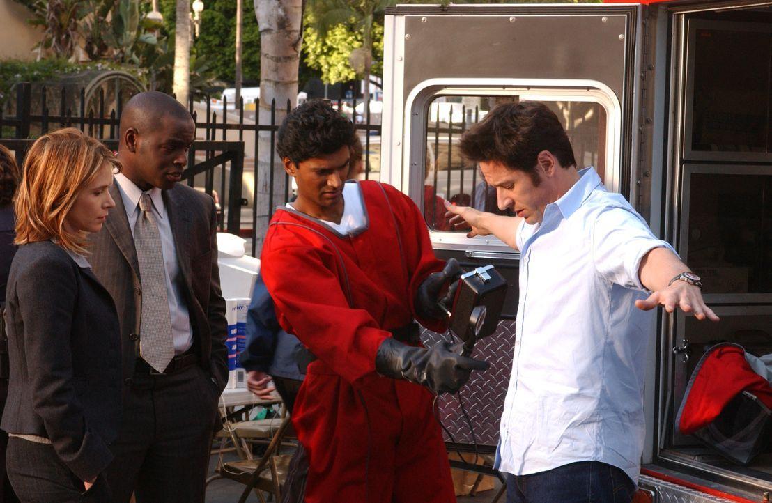 Bei ihrem neuen Fall haben es Don (Rob Morrow, r.), Terry (Sabrina Lloyd, l.) und David (Alimi Ballard, 2.v.r.) mit radioaktiven Strahlen zu tun, de... - Bildquelle: Paramount Network Television