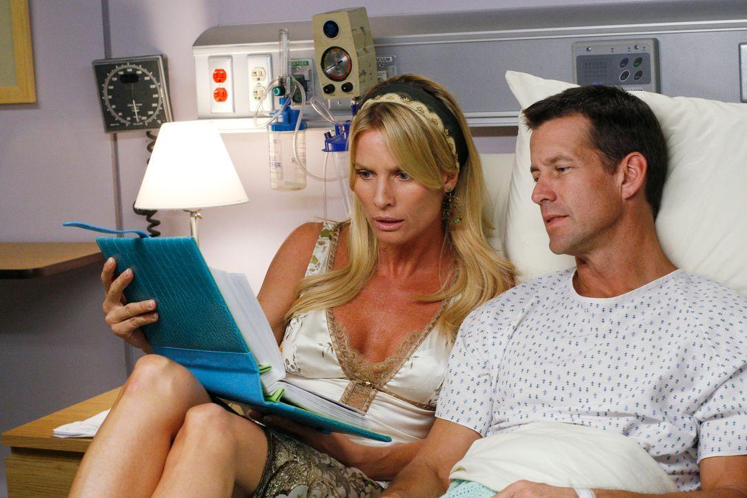 Während Susan mit Ian auf einer Berghütte ist, kümmert sich Edie (Nicolette Sheridan, l.) aufopferungsvoll um Mike (James Denton, r.) ... - Bildquelle: 2005 Touchstone Television  All Rights Reserved