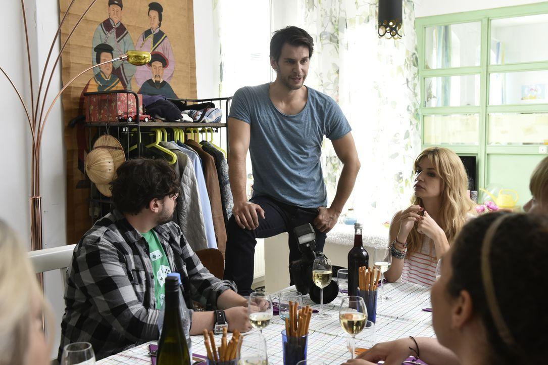 Das Single-Dinner verläuft ganz anders als geplant: Stubsi (Steven Preisner, l.), Nick (Florian Odendahl, M.) und Mila (Susan Sideropoulos, r.) ... - Bildquelle: Claudius Pflug SAT.1